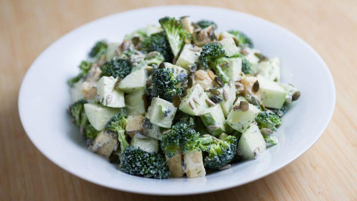 Une recette de salade de pommes vertes, brocoli et cheddar, présentée sur Zeste et Zeste.tv