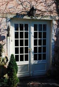 Een dubbele terrasdeur in een stijlvolle landelijke afwerking. Kies voor driedubbel isolerend glas voor optimale geluids en warmte isolatie!