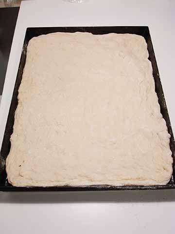 La pizza in teglia a lunga maturazione è una pizza straordinariamente buona e leggera. L'ho scoperta grazie a Gabriele Bonci e alla sua tecnica di lavorazione dell'impasto che rende tutto più facile anche per chi non è esperto di lievitati. La lunga maturazione in frigo della pizza permette l'utilizzo di pochissimo lievito di birra per un risultato finale soffice e croccante insieme