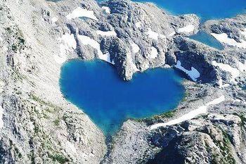 カナダのブリティッシュコロンビア州にあるマルヴェイ湖。 岩山の中にたたずむ、ハート型の真っ青な湖。 岩肌のゴツゴツした感じとは対照的な、深く蒼い水が神秘的です。