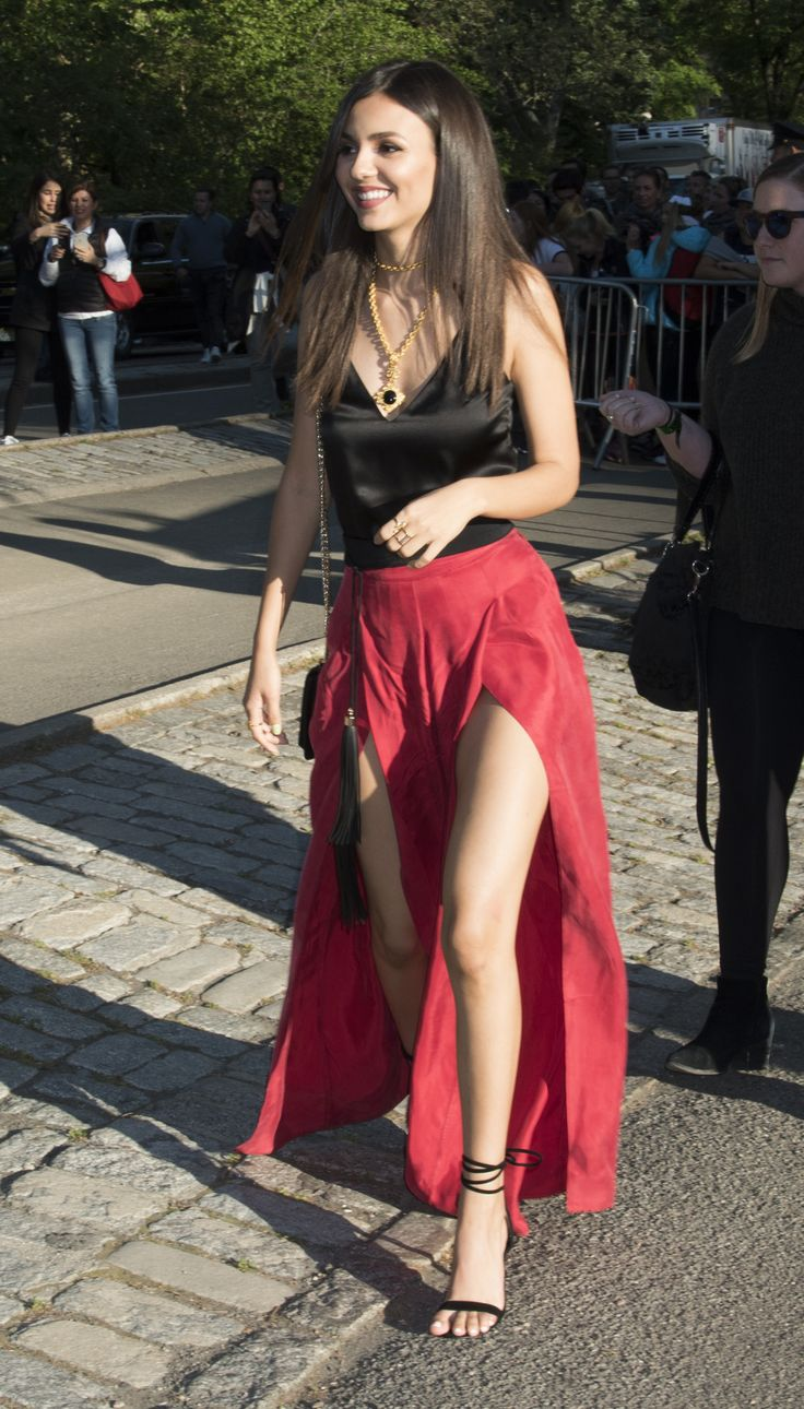 victoria justice. she is gorgeous! love her sexy skirt, beautiful toes & hot strappy heels!!