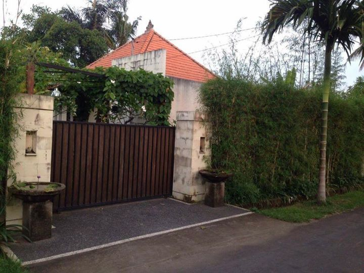 1 bedroom private villa here for rent with pool and carport furnished. yearly rental IDR 70 million rupiah. 7 million monthly. The property can be leased hold up to 25 years and available space 500 square meters land to build another 1-2 more bedroom. (price nego).