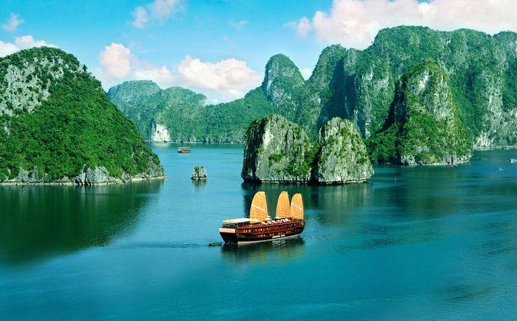 Ha Long Bay, Vietnã Um destino popular no litoral nordeste do Vietnã, Ha Long Bay possui muitas plantas tropicais e animais, aldeias de pescadores flutuantes e formações únicas de calcário erodido, incluindo um grande número de pequenas ilhas e enormes cavernas.