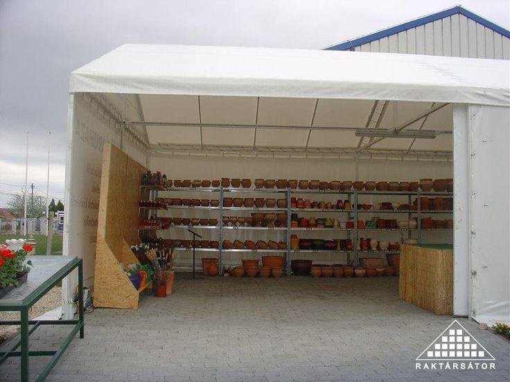 Raktársátor, mely kertészeti árudaként funkcionál.