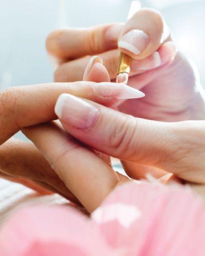 Spamanikyr er en velværende behandling for hendene i 25-30 minutter. Opplevelsen inkluderer skrubb og massasje av hendene, og pleie til neglene. Gi bort litt velvære!