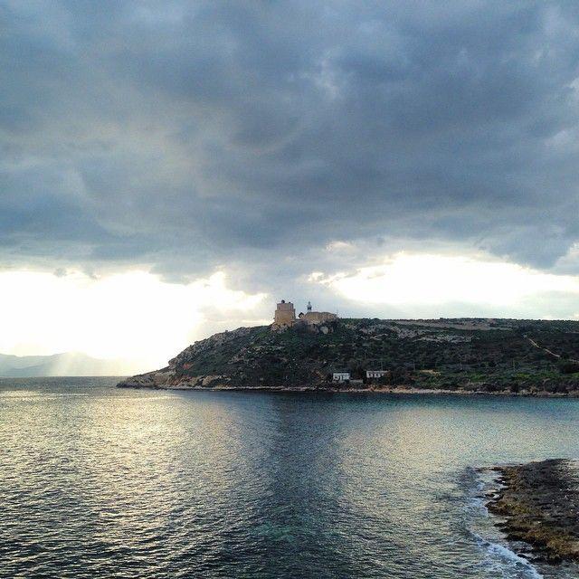 La torre di Calamosca è un edificio storico di Cagliari, situato sul colle Sant'Elia. La torre e l'adiacente faro, dominano la spiagetta di Calamosca - via www.bbcalagonone.com