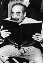 Die von Günter Karl Bose zusammengetragene Sammlung von Fotos lesender Filmstars aus den 1920er- bis 1970er-Jahren zeigt ein besonderes Stück Kinogeschichte.  (Foto: Groucho Marx. Sammlung Günter Karl Bose)