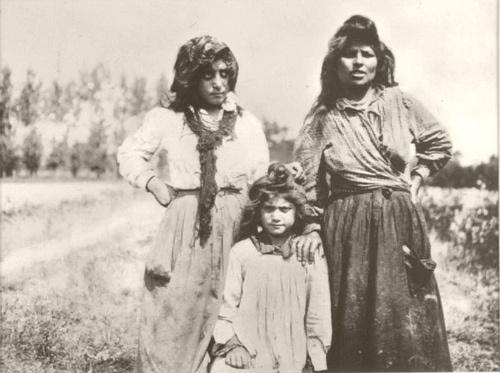 """Bohémiennes près de Médan. """"Les filles sauvages"""" by Emile Zola, circa 1900"""