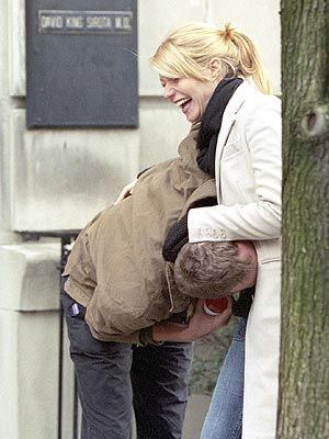 Gwyneth Paltrow and Chris Martin- Kissing her belly :)