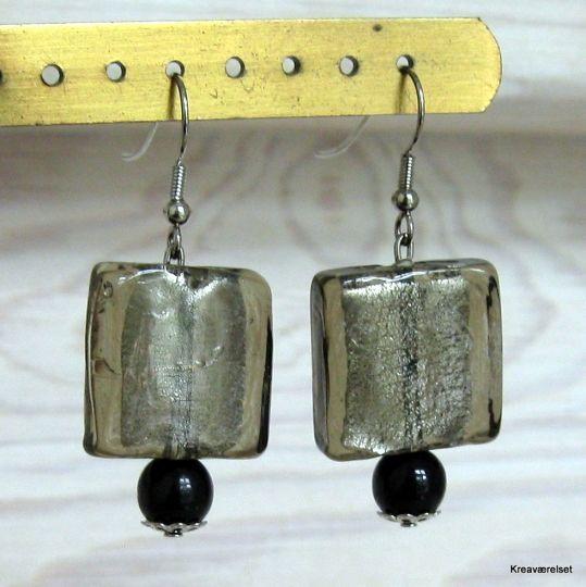 De her øreringe er så fine. Øreringe med en firkantet glasperle og en lille sort perle under. De kan købes på Kreaværelsets amio-side for kun 25kr.