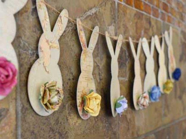 Festoni pasquali con coniglietti - Carta e sagome di coniglietti per questi festoni, abbelliti con fiori di carta.