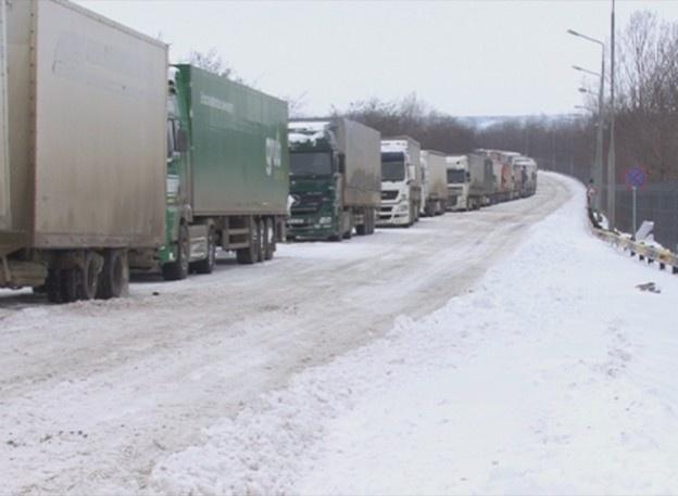 Din cauza autorităţilor care nu au curăţat de zăpadă o porţiune de câţiva metri de drum zeci de TIR-uri au rămas blocate în Vamă.