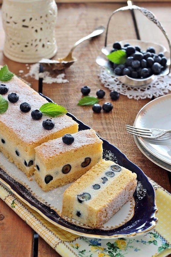 Könnyed vajas piskóta, lágy darakrém és fanyar áfonya- ez jellemzi ezt az egyszerű és mutatós süteményt. A recep...