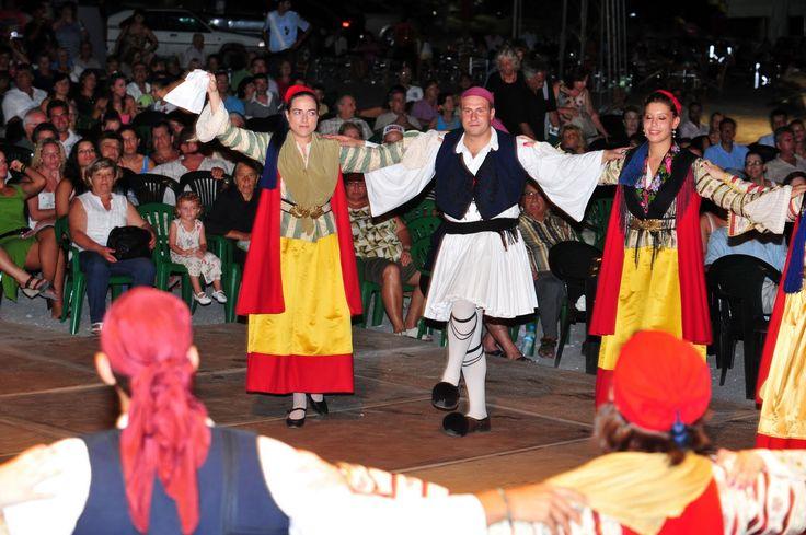 Tsakonia costume 9044549.jpg (1600×1065)