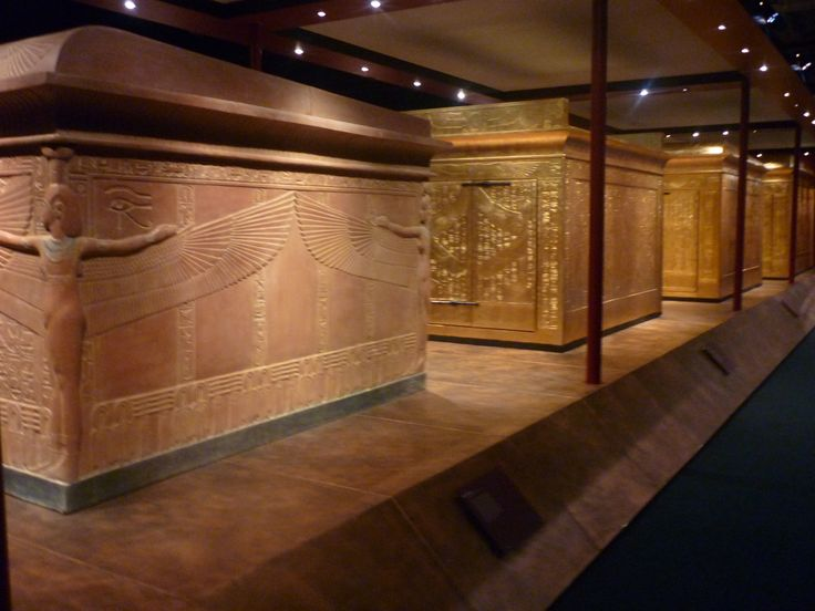 """Exposición mundial itinerante """"Tumba del Rey TUTANKAMON y sus Tesoros"""". En primer plano el sepulcro en granito rosa que albergaba los tres ataúdes del faraón. Detrás los tres santuarios dorados que lo protegían."""