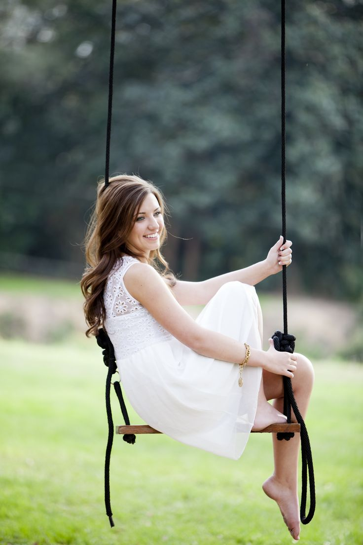 Swing senior picture ideas for girls. Senior picture ideas for girls on swings. #seniorpictureideas #swingseniorpictures #seniorpictureideasforgirls