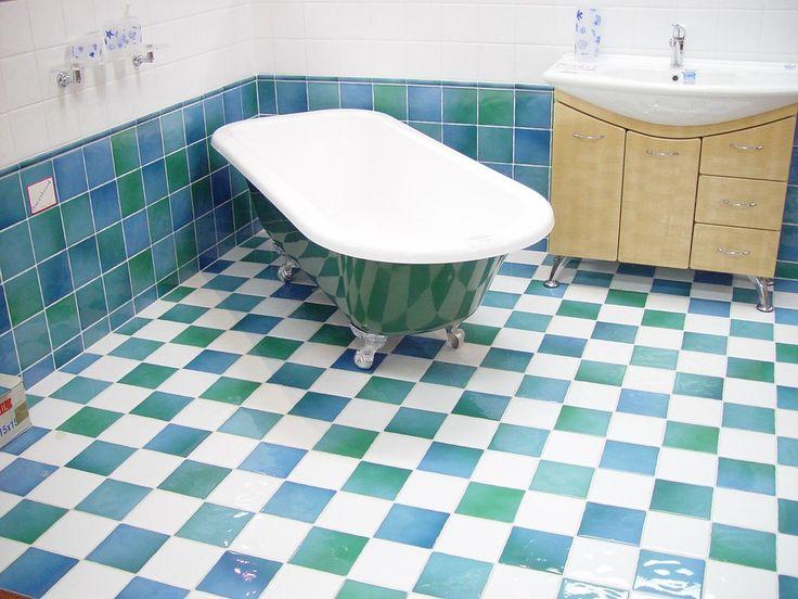 Alcuni consigli su come pulire le piastrelle del bagno con i prodotti che tutti abbiamo a casa.