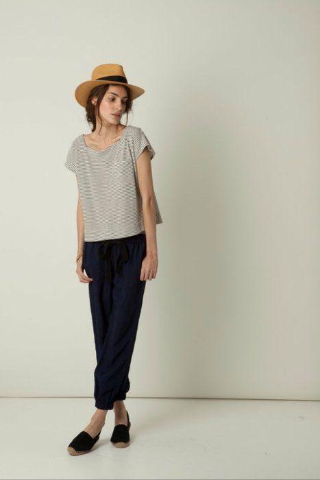lässig mit Hut. Für dich aber entweder ein engeres Leiberl oder (meine Lieblingsproportion an dir): Skinny Jeans mit lockerem Oberteil