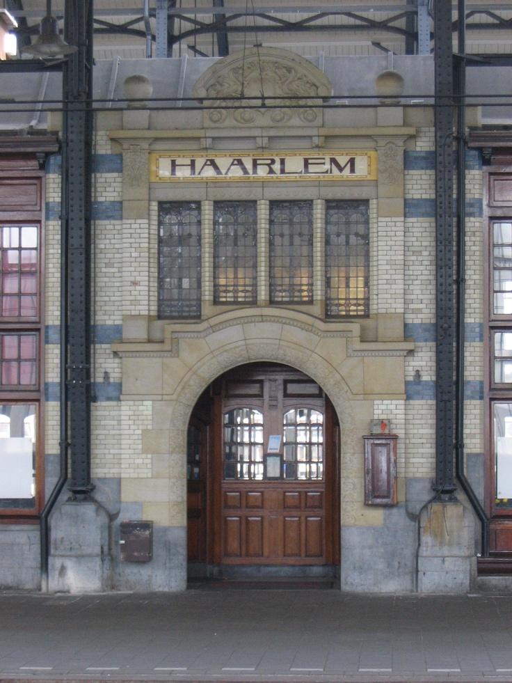 Het treinstation van Haarlem. Het is het enige station in Nederland in de Art Nouveau of Jugendstil-stijl, en een van de markantste gebouwen in de stad Haarlem. Ook gebruikt als filmset voor de film 'Oceans Twelve' met Brad Pitt en George Clooney in de hoofdrol