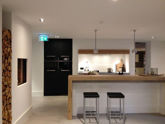 Robuurste LifeStyle keuken met een werkblad van beton en een bar van eiken hout rustiek.: