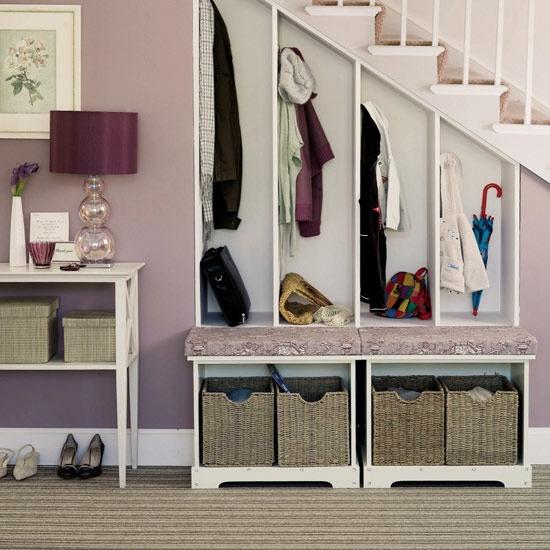Goed georganiseerde garderobe met op een speelse manier plek voor ieders spullen.