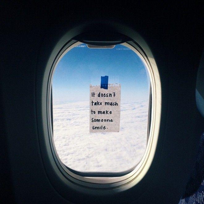 """""""Fai in modo che qualcuno si senta amato"""". Questa frase, scritta su un foglio e appesa con lo scotch su un finestrino di un aereo di linea, non è proprio il paesaggio che un passeggero si aspetterebbe di vedere una volta in volo. A pensarci bene, può essere ancora meglio. T"""