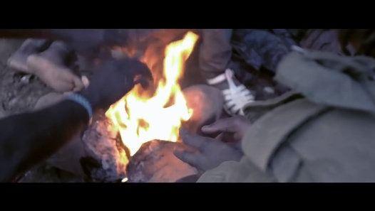 Mine d'or de Perma, Bénin. Il y a ceux qui rêvent de trouver et ceux qui se sont rendu compte qu'il n'y avait rien à trouver. Il y a ceux qui creusent dans l'espoir de devenir riches et ceux qui sont morts en pensant devenir riches. Et puis il y a les autres qui disent qu'ici, personne ne meurt.  ICI PERSONNE NE MEURT Bande Annonce Un film réalisé par Simon Panay Genre : Documentaire Chef Opérateur: Nicolas Canton Son & Drone: Daniel Audry Musique originale: Philippe Fivet