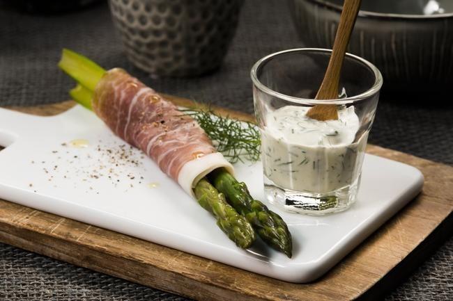 Forrett: Grønne asparges med spekeskinke og urtedressing Hovedrett: Helstekt entrecote med syltede auberginer Dessert: Bær og fruktterte med valnøttbunn og vaniljemousse