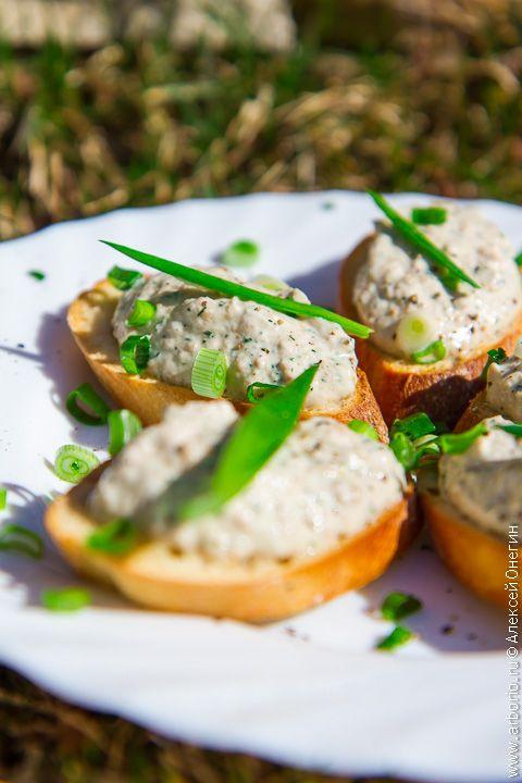 Воздушный мусс из печени трески - одна из лучших закусок, которую вы можете приготовить из этого деликатеса. Этот простой рецепт одинаково подходит и для званых вечеров, и для вечеринок с кувшином мохито.