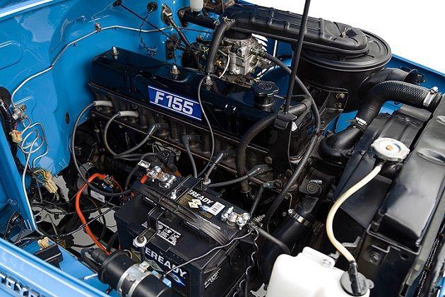 過去を振り返るとき「メーカーは昔みたいなクルマを作らなくなった」といったフレーズをよく耳にする。特にピックアップトラックではその傾向が顕著と言えるだろう。最近のピックアップトラックは、従来通り激しい使役に耐える仕様ではあるものの、機能性が詰め込まれて、これまでにないほど複雑化している。  エアコンがオプション装備とされていた遠い昔には、どんな機械的トラブルでも大抵はハンマーがあれば道端で直せたものだ。当時の人にとって、このストイックな1974年製トヨタ「ランドクルーザー FJ45」は、そんな旧き佳き時代を象徴するようなクルマだろう。…