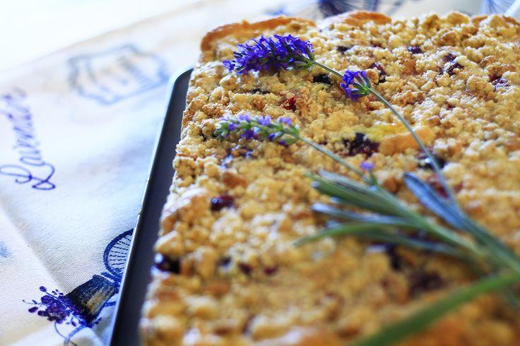 Crumble cake estiva al profumo d'amaretto, delizioso dessert con frutta di stagione da servire con palline di gelato, panna montata o crema chantilly.