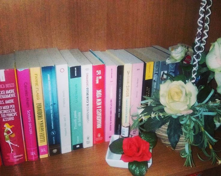 Angoli nella nostra libreria  Come state trascorrendo queste ultime ore del weekend?   #book #books #libro #libri #letture #leggere #amoleggere #libriovunque #romanzo #scrivere #libreria #bookshelf #bookaholic #bookslover #bookstagram #bookish #bookworms #love #photooftheday #flowers #bookstagrammer #reading #picoftheday #like #seguimi