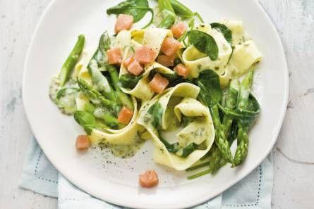 Pasta met zalm, spinazie en asperges - Recept - Allerhande - Albert Heijn