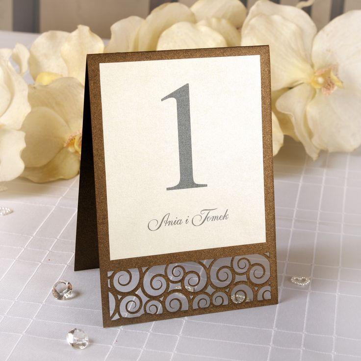 Oryginalne i nietuzinkowe numerki na stół.  To nowoczesna i modna forma numerowania stolików weselnych.