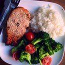 Подписывайся на страничку https://plus.google.com/105901978456480766638/posts и узнаешь еще больше  Правильный ужин. 7 примеров здоровых ужинов  1.Обычный омлет из смеси яиц и молока, к которому можно добавить несколько свежих помидоров или горсть любых замороженных овощей.  2.Куриное филе на гриле, предварительно замоченное в лимонном соке со специями, подающееся к столу с салатом из любых овощей.  3.Треска на пару, гарниром для которой станет гавайская смесь из риса и овощей…