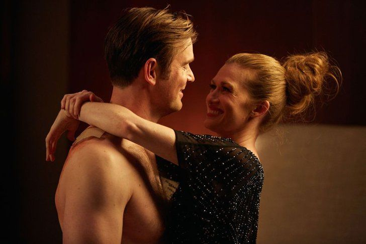 Pin for Later: 37 Shirtless TV Moments From 2016 That You Need to See Again The Catch Benjamin (Peter Krause) and Alice (Mireille Enos) play a little game of cat and mouse.