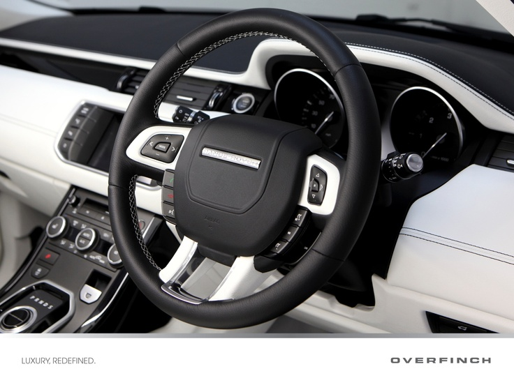 Contrast stitching adorns the steering wheel of the Evoque 2012 GTS.
