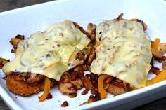 Schnitzel Deluxe met paprika, ui, spek, champignons en gesmolten kaas // Food & So Much More