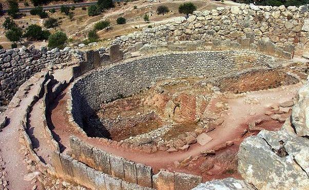 ** Enterramientos del CÍRCULO A de Micenas - De las + antiguas del mundo micénico. Pero conviven diversas formas de enterramiento - Existía también el CÍRCULO B en Micenas. Descubierto + tarde en las afueras de los muros de Micenas, 1 fosa con 24 individuos inhumados entre 1.650-1550 a.C. Misma estructura que para el Círculo A, la zona central siempre un poco rectangular, no más de 5 m. de profundidad. El difunto dispuesto sobre el lecho rodeado de su ajuar y cubriendo su rostro con una…