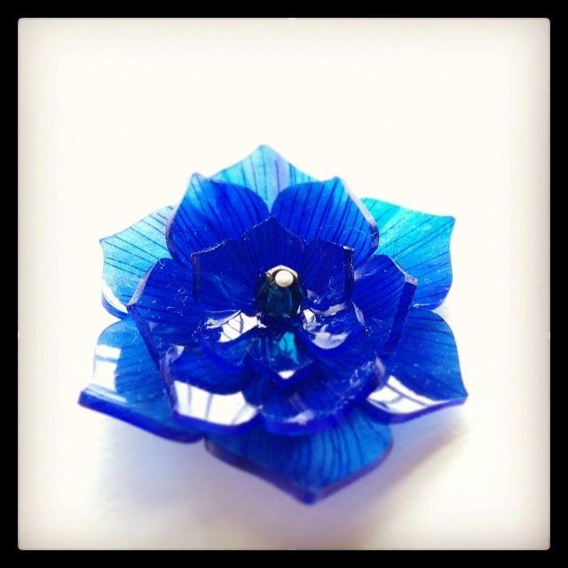 青い花のプラバンブローチ #blue #flower #shrinkplastic #brooch  先ほどの焼く前のプラバンはこんな風になりました。 #プラバン #プラ板 #ブローチ #shrinkydinks