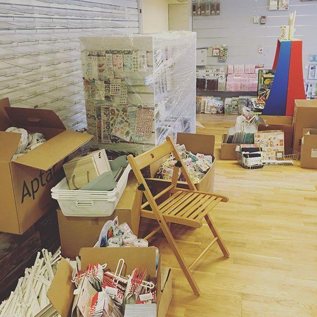 Litt å rydde enda 🙄 men vi skal klare det ril åpningsfesten 😋 #hobbykunst #hobbykunstnorge #hobbykunstpåflyttefot #innredning #hobbybutikk