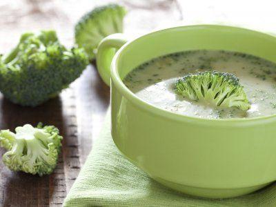 Receta de Sopa de Brocoli con Almendra   La textura cremosa de las almendras complementa perfectamente el sabor del brocoli en esta sopa.