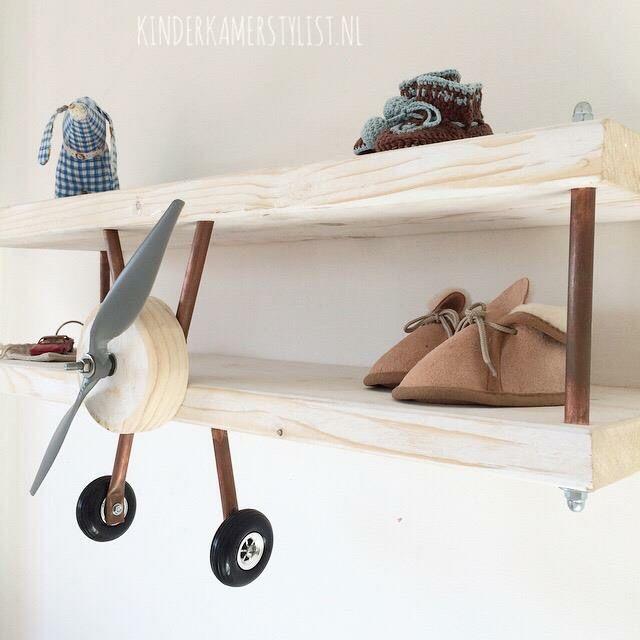 Süßes Flugzeugregal fürs Kinderzimmer! Mega schöne Idee und praktisch zugleich :) #kinderzimmer #regal #flugzeug #deko #einrichten
