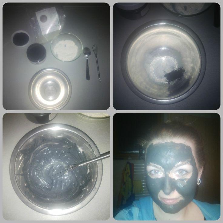 Detoxikačná maska *3 ČL zeleného íľu *1/4 ČL čierneho aktívneho uhlia *1 ČL sušenej srvátky. Uvedené množstvo zmiešame s približne 3 čajovými lyžičkami prevarenej vody, vymiešame kým nevznikne homogénna hmota. Nanesieme na tvár alebo akúkokoľvek časť tela. Doba pôsobenia cca 10min /kým nezaschne/. Opatrne odstránime vodou a pleť ošetríme krémom alebo olejom. Aplikujeme 1-krát do týždňa. *Z uvedeného množstva vzniknú minimálne 2-3 tvárové masky, tak si treba odobrať ešte pred pridaním vody.*