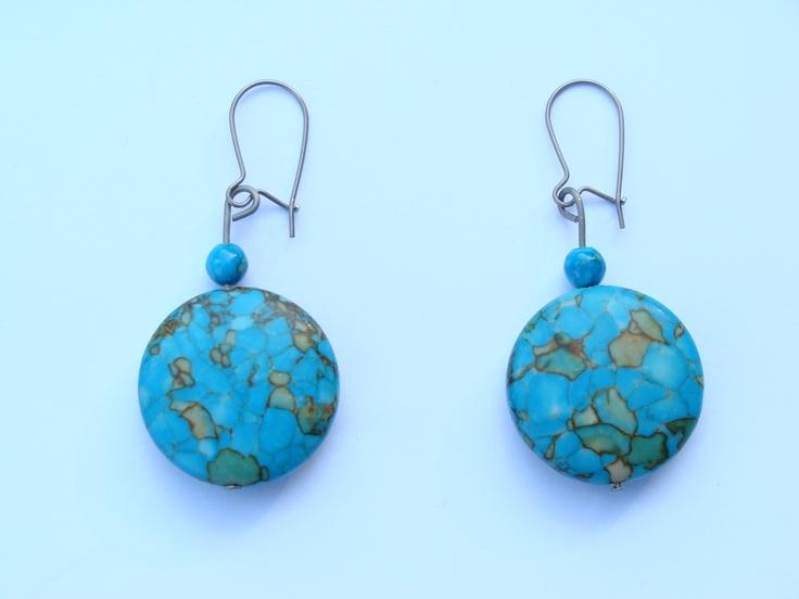 Mooie titanum oorbellen met turkooise natuursteen. Kijk op www.titaforkids.nl
