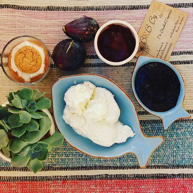 colori e profumi di settembre in sardegna al nostro b&b ByNos...ricotta..fichi..miele di corbezzolo e amaretti.... breakfast in september by nos..ricotta cheese..honey..amaretto and figs..