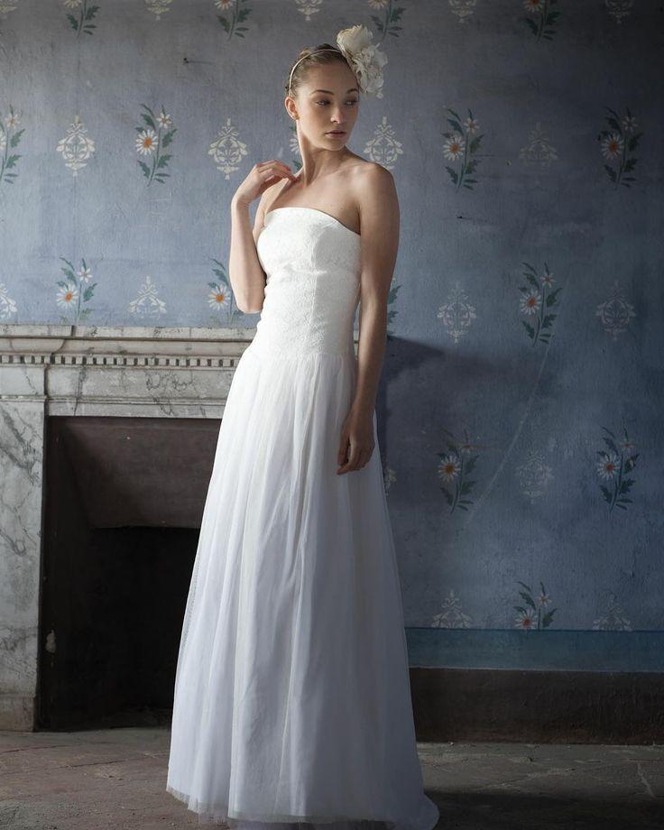 CURIOSITA': L'abito da sposa diventò bianco dopo il 1840, grazie alla regina Vittoria, che fu la prima a sposarsi in bianco.  Anticamente, invece, l'abito nuziale era in velluto e in colori molto sgargianti.  #wedding #bridal #weddingdress #bridaldress #love #style #bridalstyle #elenapignatabridal http://gelinshop.com/ipost/1521762861332206155/?code=BUeY0J-FpJL