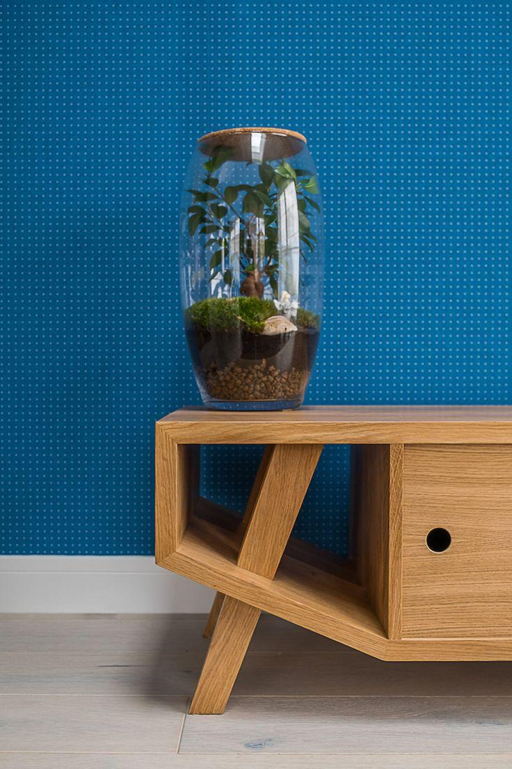 Drewniana #szafka pod #telewizor na tle fakturalnej tapety. | tryc.pl  #tryc #blue #wallpaper #green #wood #furniture #warszawa #interior #interiordesign  #projektowanie #architekt #JacekTryc #salon #