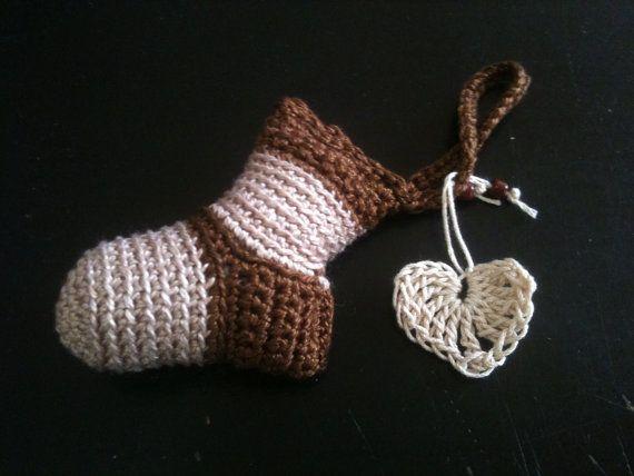 Portachiavi a forma di calzino all'uncinetto. € $8,00, via Etsy.