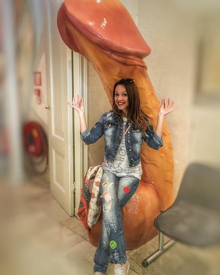 Программе у нас объёмная очень много пеших маршрутов...все ноги исходила.... присела отдохнуть Не судите строго да простят меня дети #куцы_путешественники #голландскиеканикулы #нидерланды #музей_секса #Амстердам #амстердамдлядам #член #кресло #рыжаябестыжая  #этоАмстердамДетка #давольнаякакслон #amsterdam #nedherlands #sexmuseum #happiness #amazing #trip #travel by marinamartinikuts http://bit.ly/AdventureAustralia